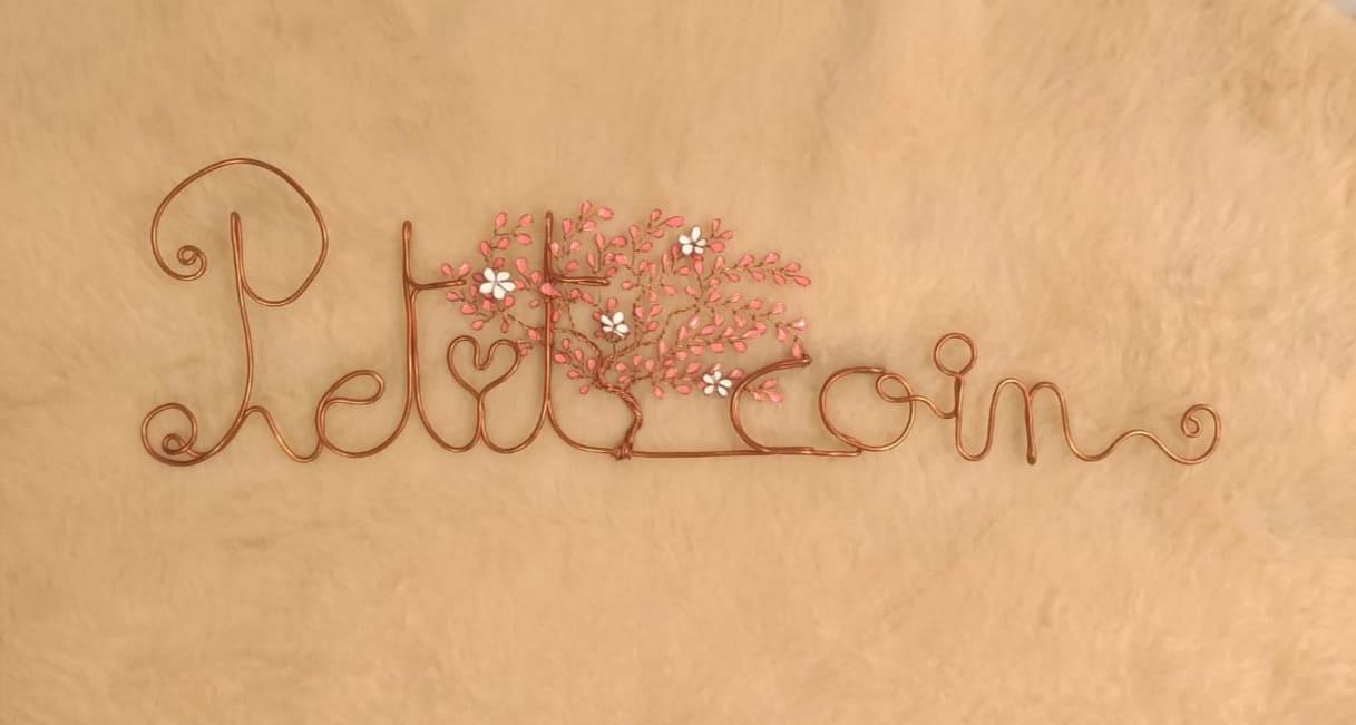"""""""Petit-coin"""" cuivré – Feuilles roses pâle – Fleurs blanches"""